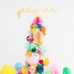Un Árbol de Navidad de globos y bolas de papel
