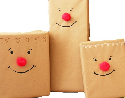 Cómo envolver regalos para niños con la cara de Rudolf
