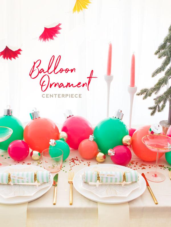 mesa navideña decorada con globos