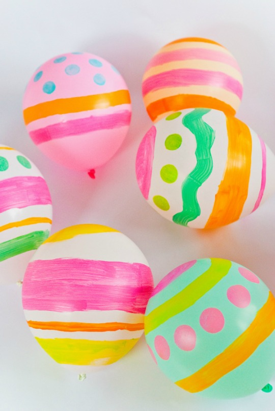 Globos pintados como huevos de Pascua