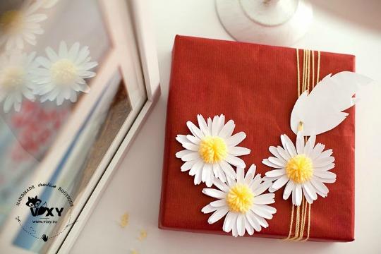 Decorar regalos con margaritas de papel