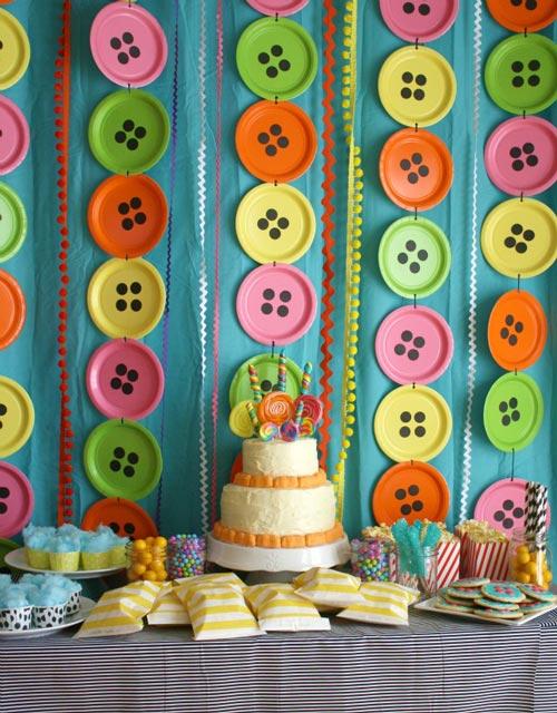 compartimos una idea fcil y bonita para decorar una fiesta infantil crea una decoracin con platos de colores y papel adhesivo de color negro